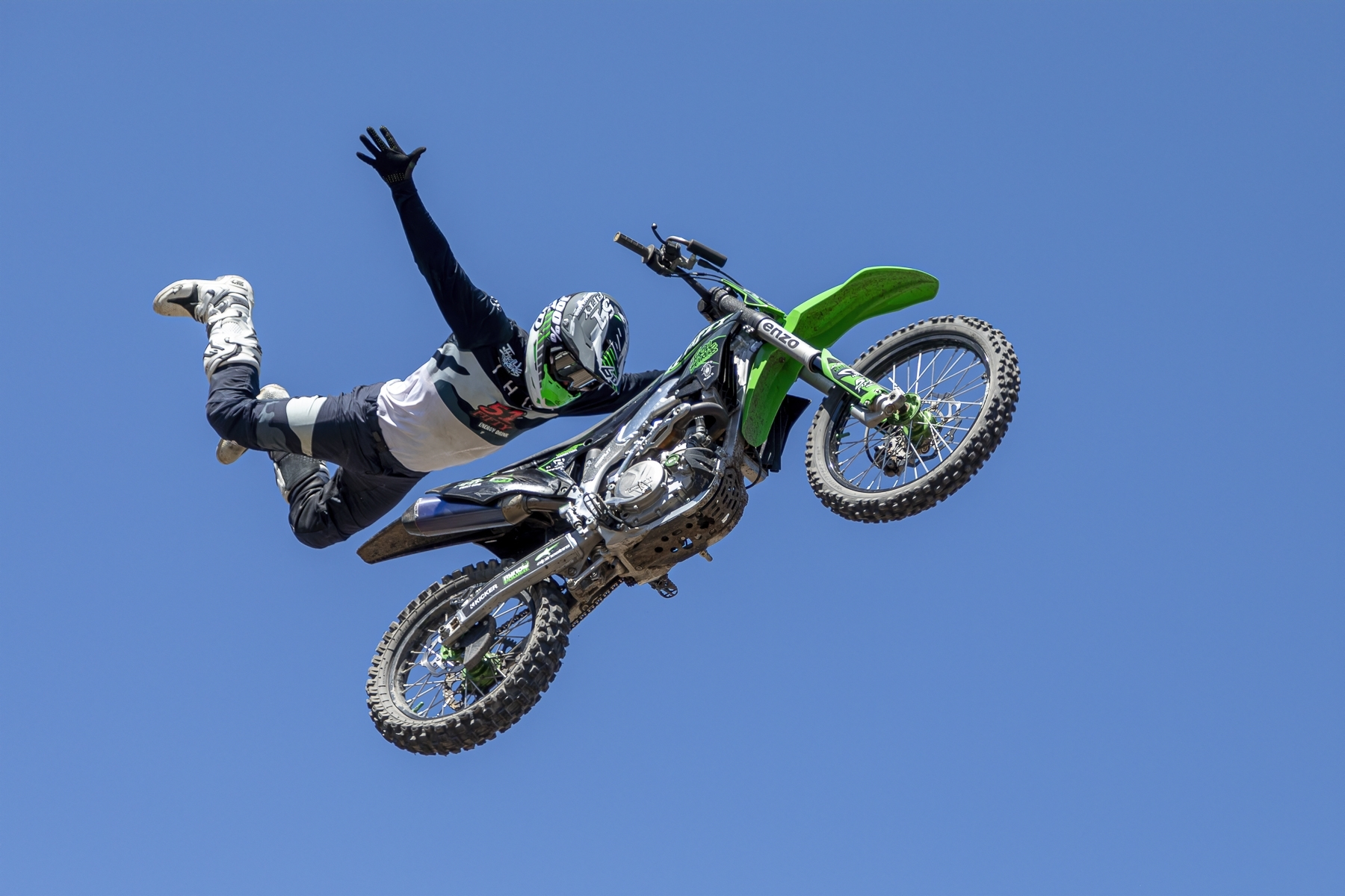 Freestyle-MX-rider-full-release-of-bike-65-feet-in-the-air-at-Alameda-County-Fair-2019-JM-1-Place-by-Steve-Goodall-RO
