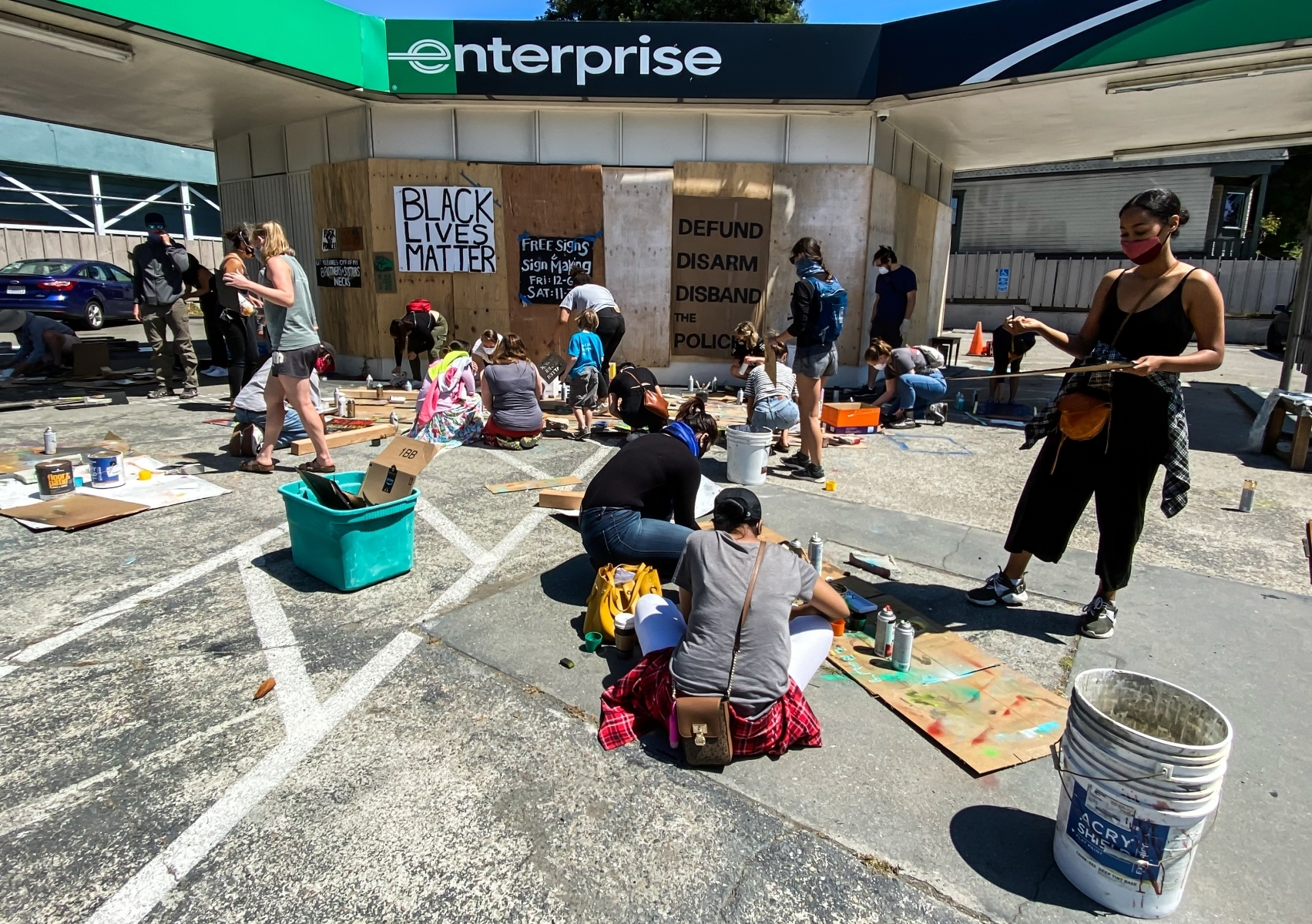 Berkeley-takes-a-stand-for-Black-Lives.-2-Activists-turned-an-Enterprise-lot-into-a-free-sign-making-space.-JB-Place-by-Mishaa-Degraw-BK